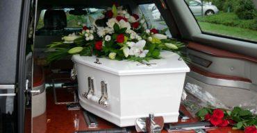 Remoção de corpos feita via terrestre por carro de funerária