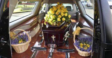 Caixão dentro do carro fúnebre