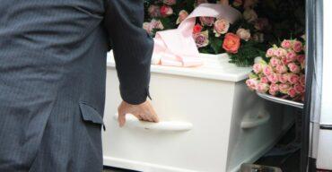 Homem ajuda no traslado funerário nos cortejos fúnebres