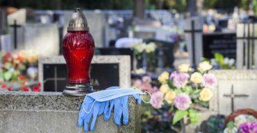Luvas no cemitério ilustrando o que é necrochorume