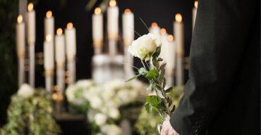 Pessoa usando preto no velório é um dos rituais fúnebres