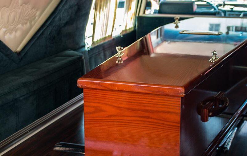 Caixão representa a importância do serviço de traslado de corpos