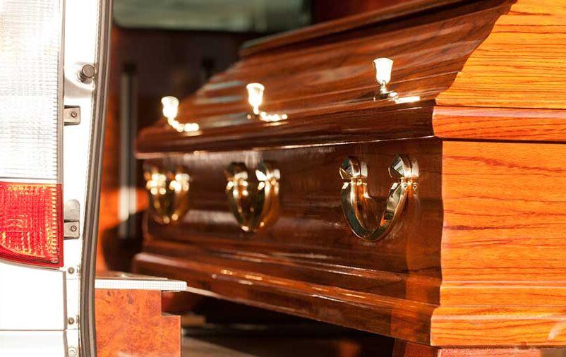 Vemos um caixão no carro. Conheça as etapas do transporte funerário!