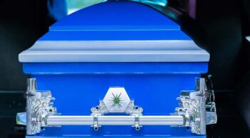Vemos um caixão azul no rabecão. Conheça os documentos para realizar traslado de corpos!